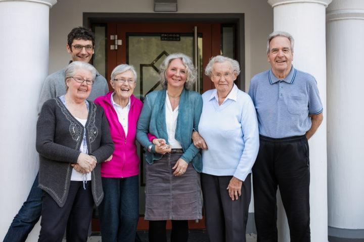 Anne Dellgrün mit Bewohnerinnen und Bewohnern einer Demenz-WG